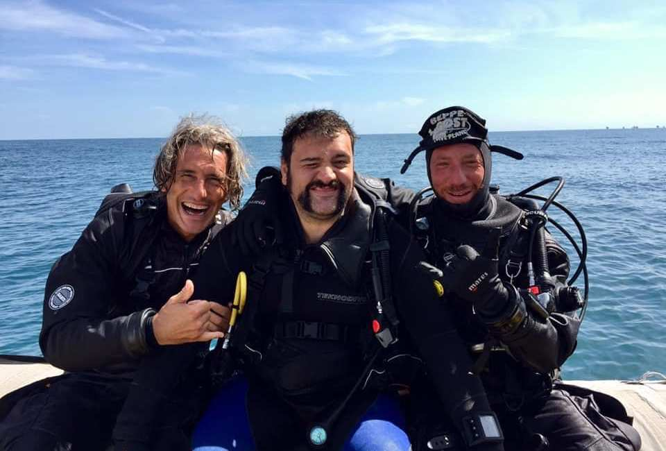 Staff del Dive Planet di Rimini, con l'attore Leonardo Lidi